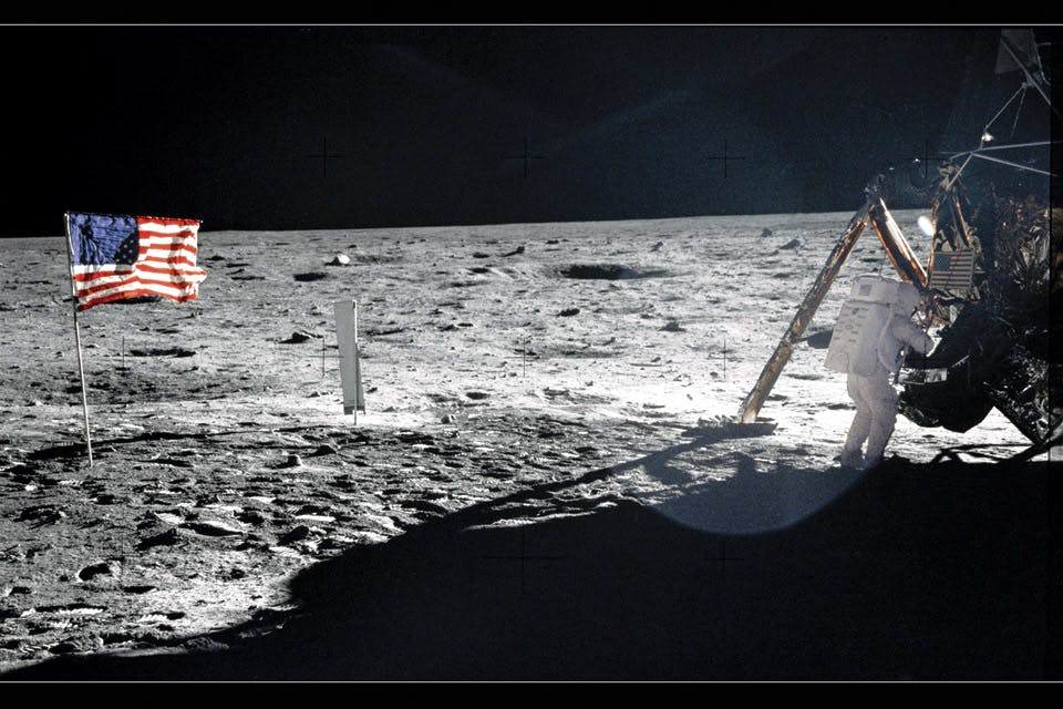Armstrong-on-the-Moon-surface